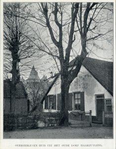 Gezicht op de voorgevel van een boerderij in het oude dorp Haarzuilens (gemeente Vleuten) (c. 1901) (collectie Het Utrechts Archief)